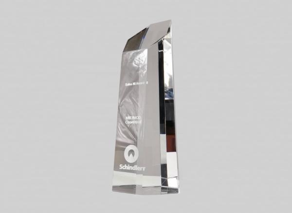 Trofee voorzien van logo en tekst gravering.